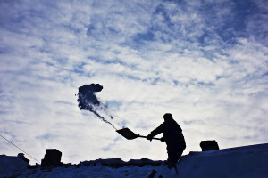 Removing snow from the roof in winter